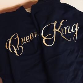 Wracamy i mamy się świetnie! Akomu w nowej odsłonie! 🤩🥳 Nowy sklep, nowe pomysły, nic tylko działać! ✌🏼 #nohej #zwami #jestesmyzwami #razemnajlepiej  #kingqueen #king #queen #king01 #queen01 #bluzydlapar #waszdzień #bluzy #koszulkidlapar #walentynki #dlapar #couple #couplegoals #couplegifts #prezentdlaniego #prezentdlaniej #pomyslnaprezent #zakochani #love #narzeczony #narzeczona #kochamgo #kochamja